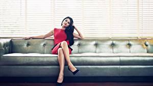 Обои для рабочего стола Selena Gomez Диван Платье Брюнеток Ног Жалюзи девушка Знаменитости