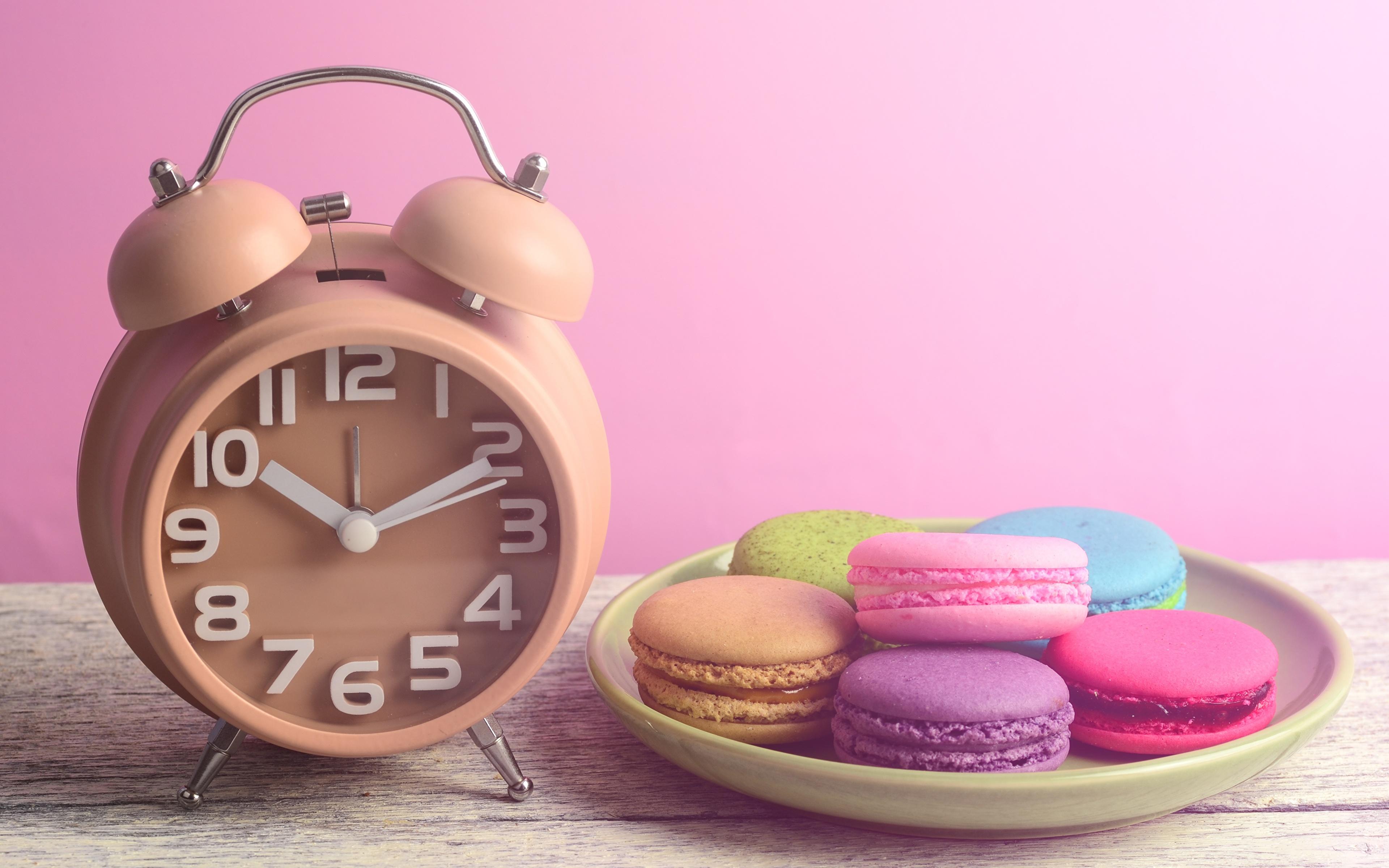 Фотография Макарон Часы Будильник Продукты питания 3840x2400 Еда Пища