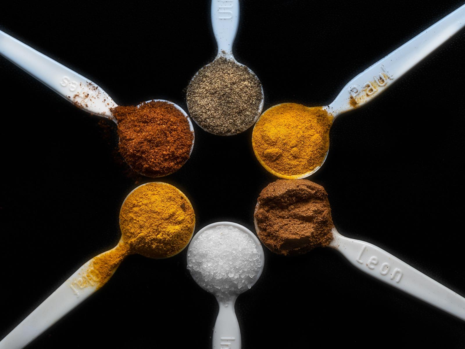 Картинки cinnamon, saffron Kurkuma, Cayenne papper Соль Пища Ложка приправы вблизи Черный фон 1600x1200 соли солью Еда ложки Специи пряности Продукты питания на черном фоне Крупным планом