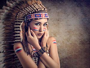 Фотографии Перья Индейский головной убор Индейцы Смотрят Рука Красивые Девушки