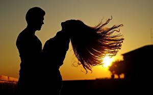 Картинка Рассветы и закаты Мужчины Влюбленные пары Вдвоем Лучи света Волос Силуэты Девушки