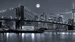 Картинка Штаты Небоскребы Река Мосты Нью-Йорк В ночи Луна Manhattan город