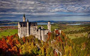 Картинки Небо Замки Леса Германия Осенние Нойшванштайн Облака Бавария Природа