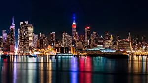 Картинки Небоскребы Дома Море США Ночью Уличные фонари Нью-Йорк Манхэттен Brooklyn город