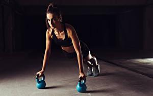 Картинка Фитнес Отжимание Тренировка Планка упражнение pushups sportswear девушка Девушки
