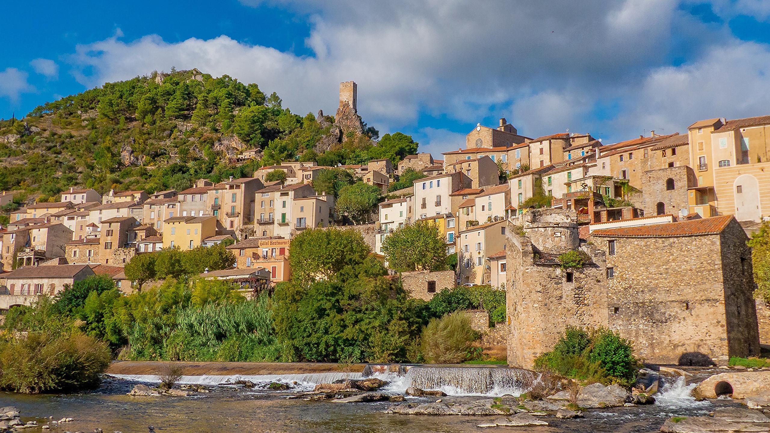 Фотография Франция Roquebrun холм Побережье Здания Города 2560x1440 Холмы холмов берег Дома город