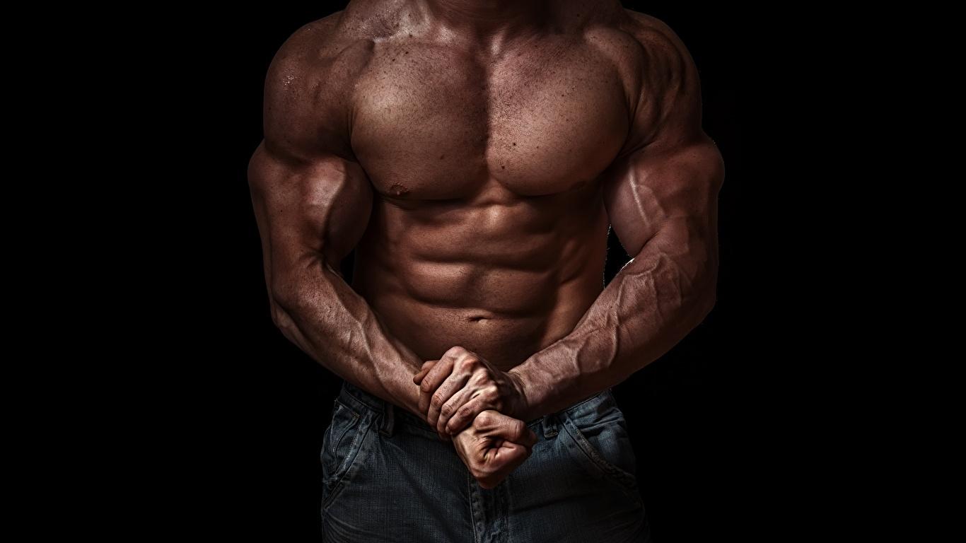 Обои Мышцы Спорт Бодибилдинг рука Живот Черный фон 1366x768 мускулы Руки