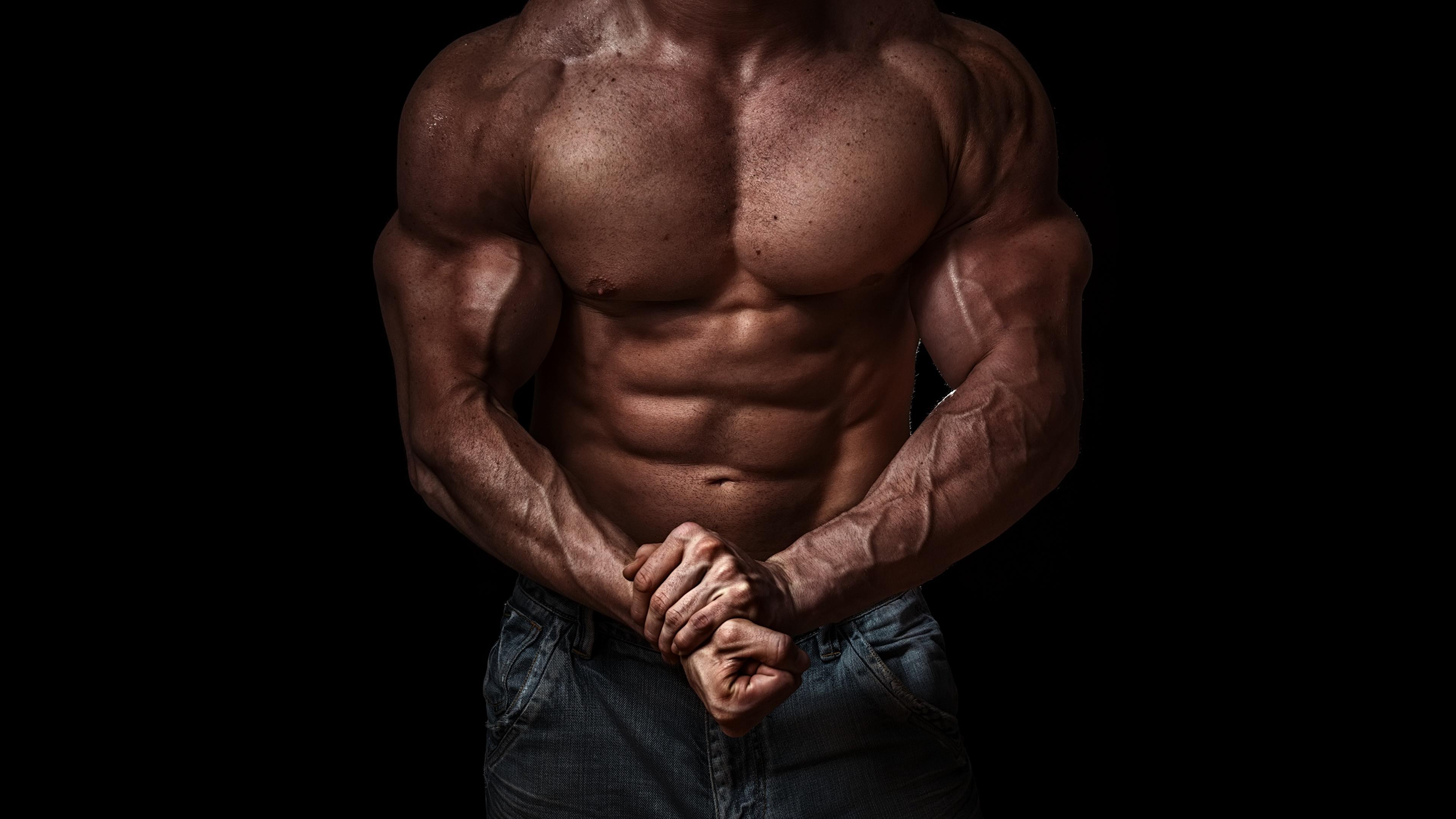 Обои для рабочего стола Мышцы спортивная Бодибилдинг рука Живот на черном фоне 3840x2160 мускулы Спорт спортивный спортивные Руки живота Черный фон