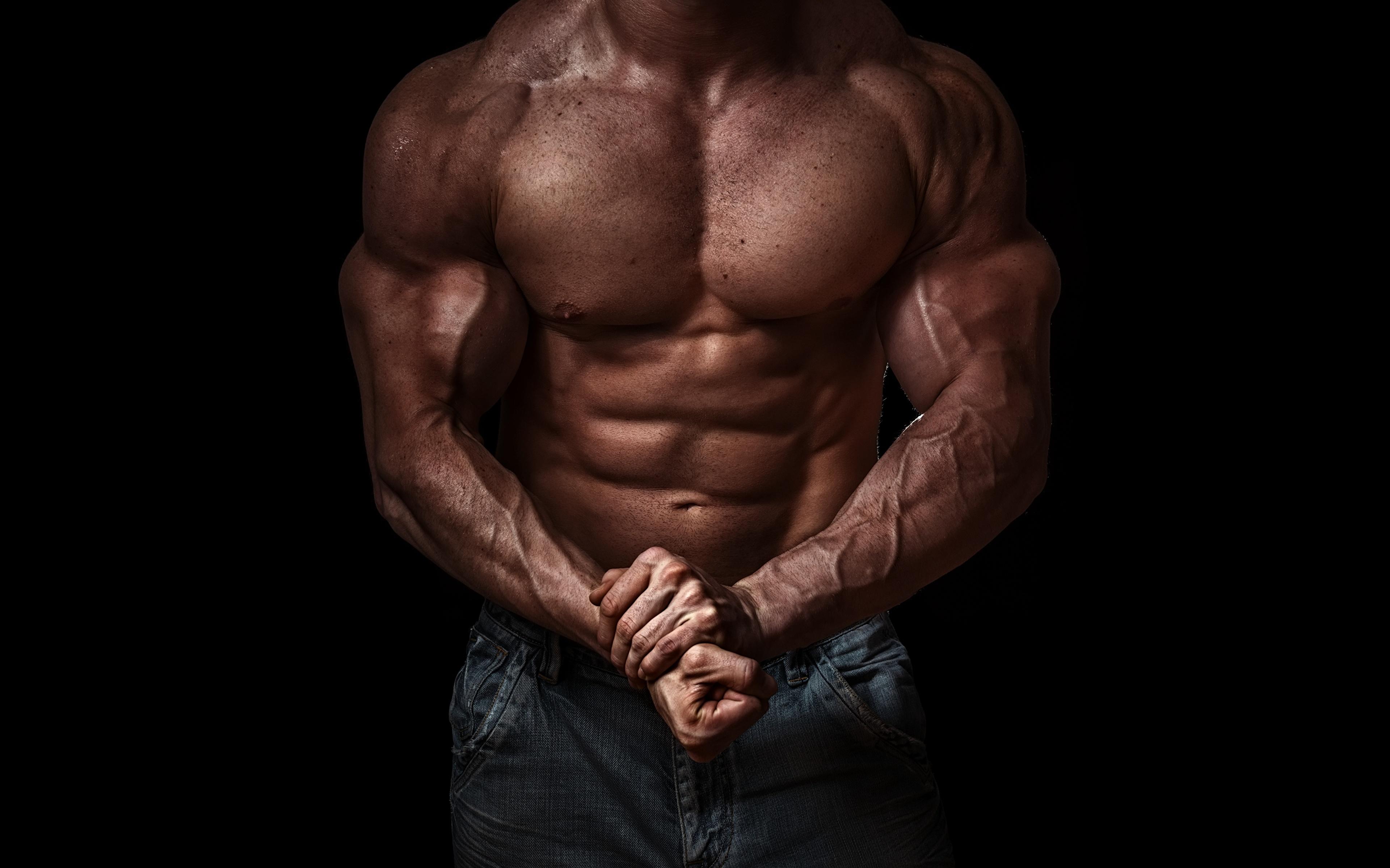 Обои для рабочего стола Мышцы спортивная Бодибилдинг рука Живот на черном фоне 3840x2400 мускулы Спорт спортивный спортивные Руки живота Черный фон