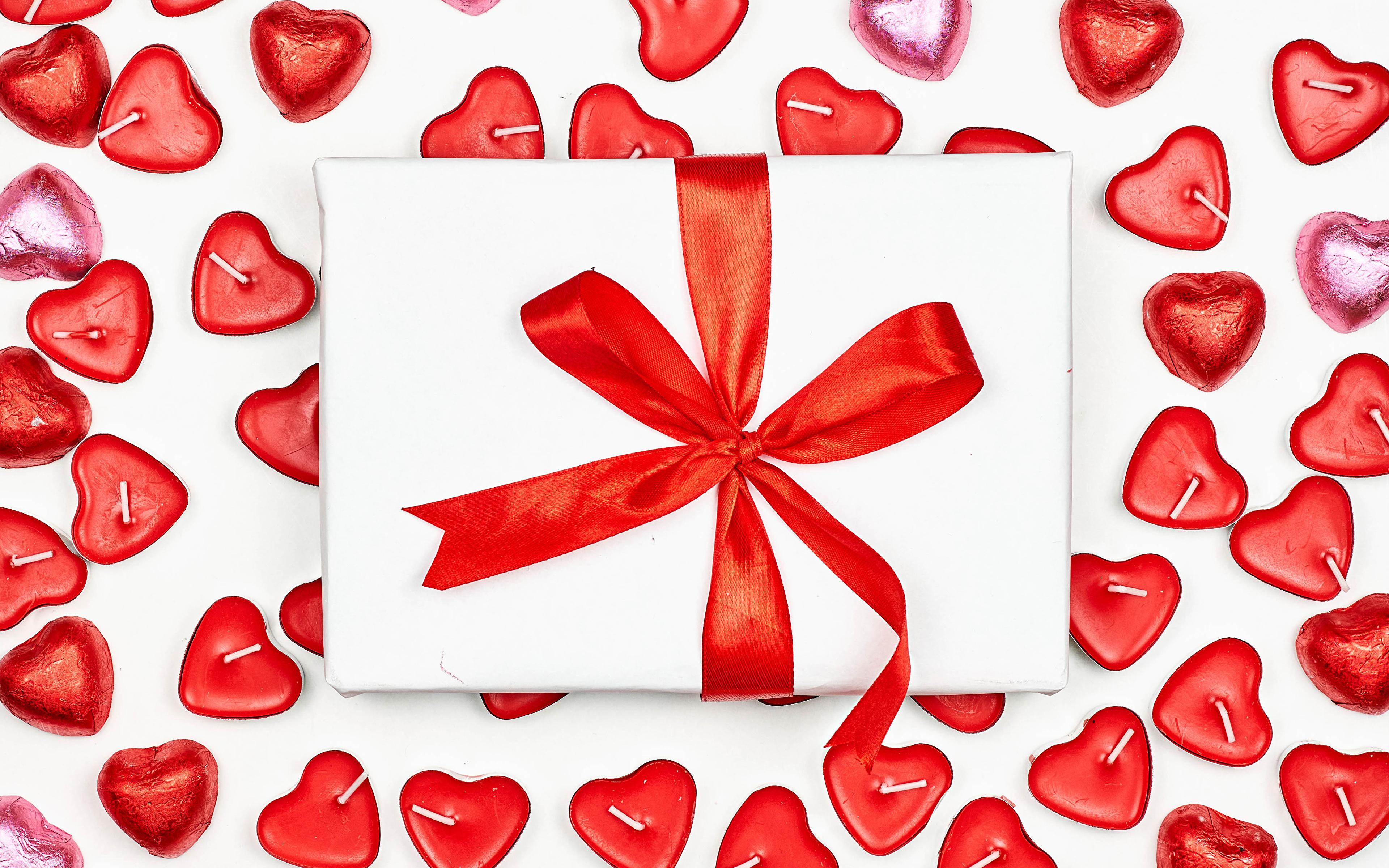 Фото День святого Валентина Сердце Конфеты Подарки Свечи Бантик Белый фон 3840x2400 День всех влюблённых серце сердца сердечко подарок подарков бант бантики белом фоне белым фоном