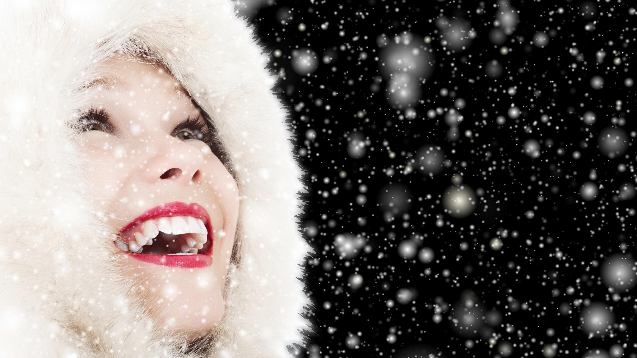 Фотография счастливые Девушки Снежинки Зубы Губы Капюшон Красные губы 2048x1152 Радость счастье