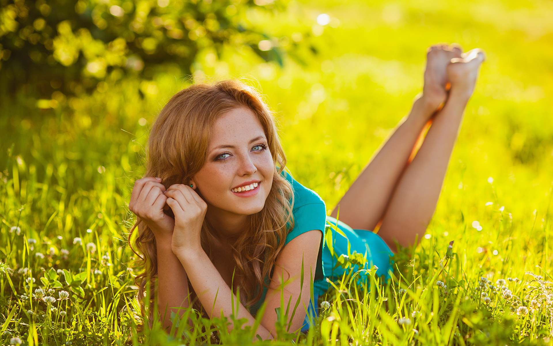 Картинка Улыбка лежат девушка Ноги Руки Трава Взгляд 1920x1200 улыбается лежа Лежит лежачие Девушки молодая женщина молодые женщины ног рука траве смотрит смотрят