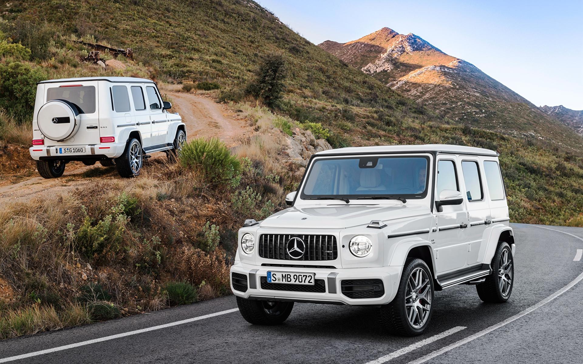 Картинки Mercedes-Benz Гелентваген 2018 G 63 Worldwide Двое Белый Машины Металлик 1920x1200 Мерседес бенц G-класс 2 белых белые белая вдвоем Авто Автомобили