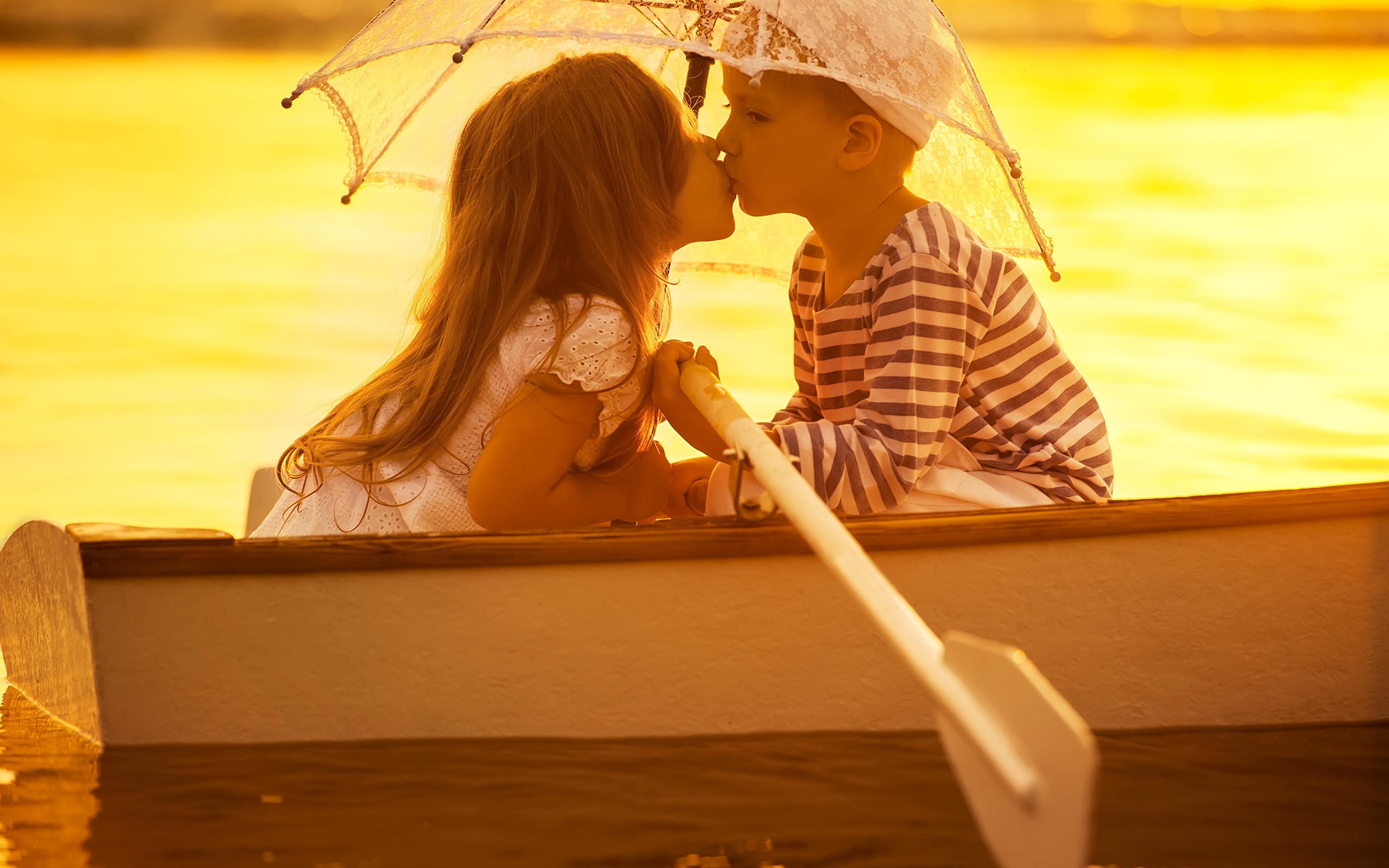 Картинки девочка мальчишки Свидание любовники Дети два Зонт Лодки 3840x2400 Девочки мальчик Мальчики мальчишка свидании Влюбленные пары ребёнок 2 две Двое вдвоем зонтом зонтик