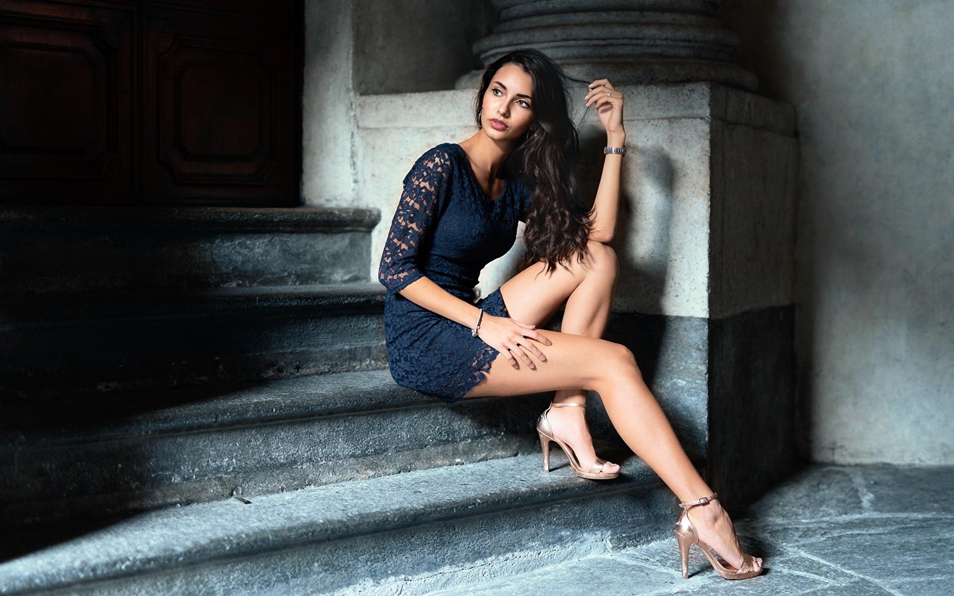 Обои для рабочего стола брюнеток девушка лестницы Ноги Руки Сидит платья Туфли 1920x1200 брюнетки Брюнетка Девушки Лестница молодая женщина молодые женщины ног рука сидя сидящие Платье туфель туфлях