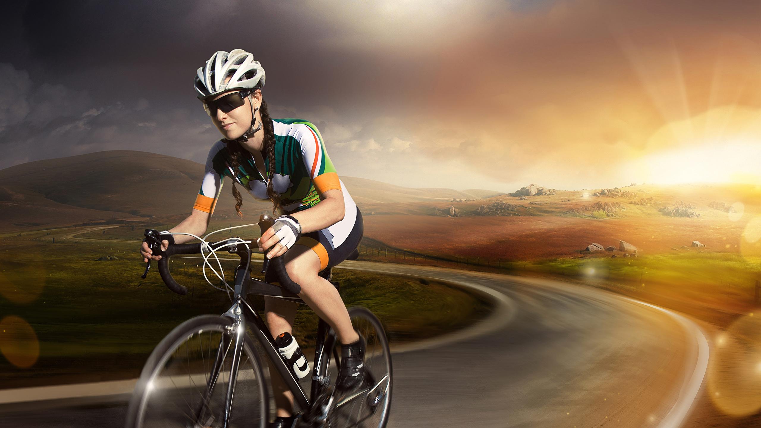 Картинка Шлем велосипеде спортивная молодые женщины Дороги Очки 2560x1440 шлема в шлеме Велосипед велосипеды Спорт девушка Девушки спортивные спортивный молодая женщина очков очках