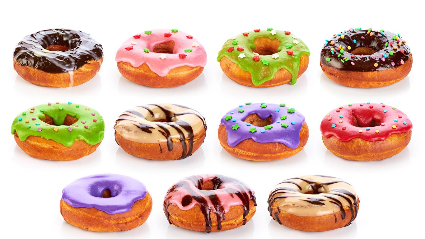 Картинка Разноцветные Шоколад Пончики Еда белом фоне 1366x768 Пища Продукты питания Белый фон белым фоном
