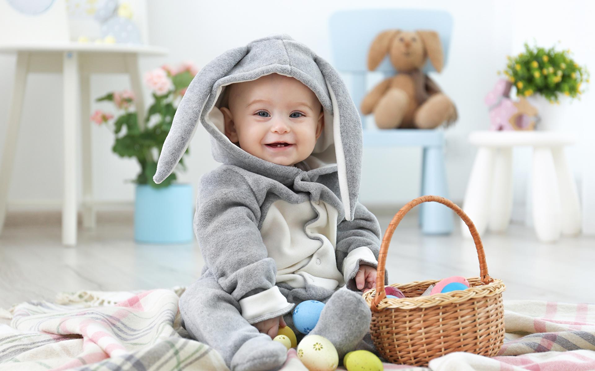 Картинки Пасха Кролики Младенцы Яйца ребёнок Корзинка Униформа Праздники 1920x1200 кролик младенец младенца грудной ребёнок яиц яйцо Дети яйцами Корзина корзины униформе