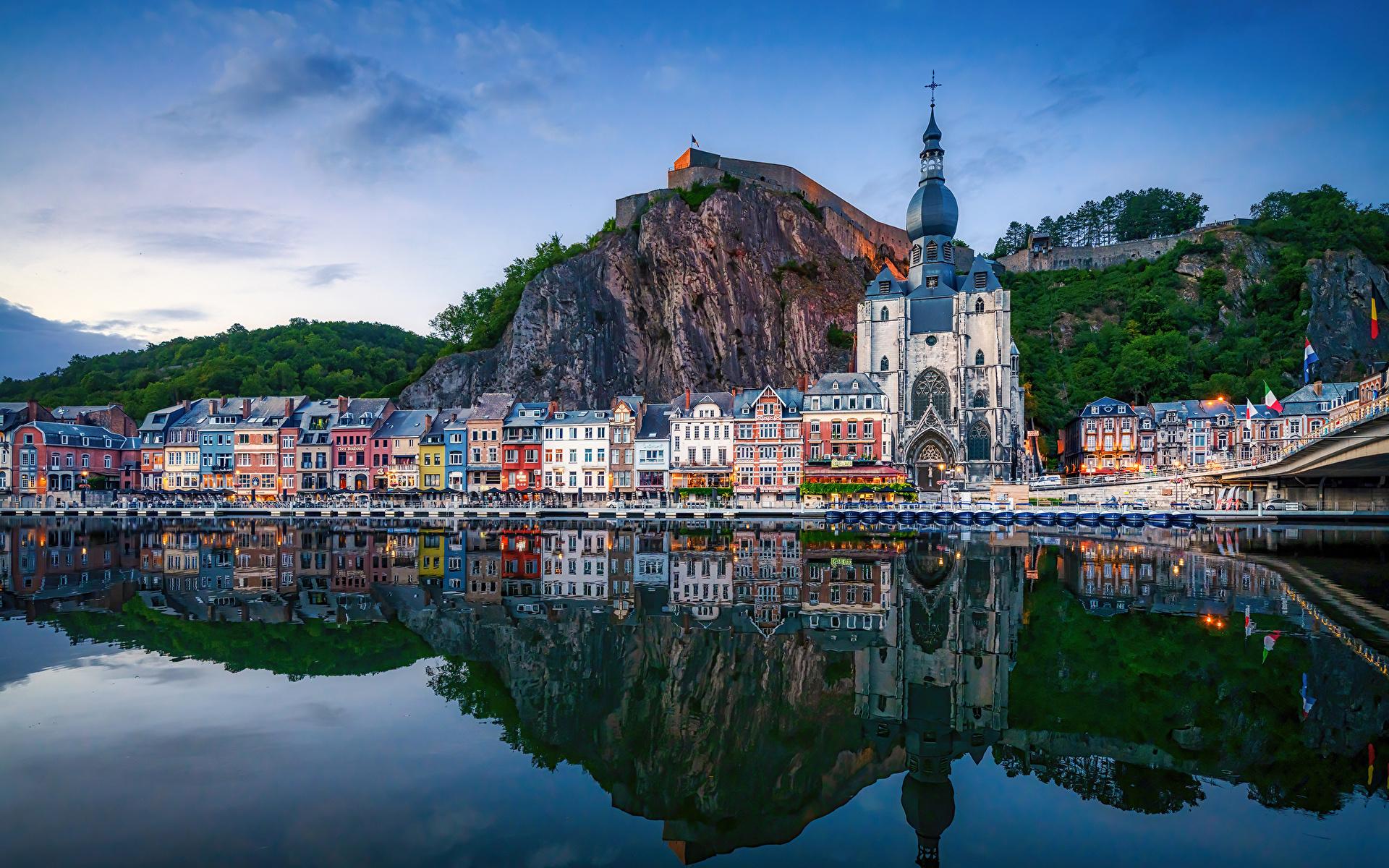 Картинки Церковь Бельгия Dinant скалы Отражение Реки город Здания 1920x1200 Утес скале Скала отражении отражается река речка Дома Города