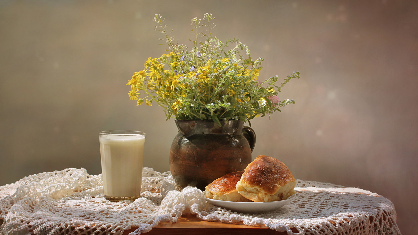 Картинка Молоко Букеты Стакан Булочки Еда столы Натюрморт 1366x768 букет стакана стакане Пища Стол стола Продукты питания