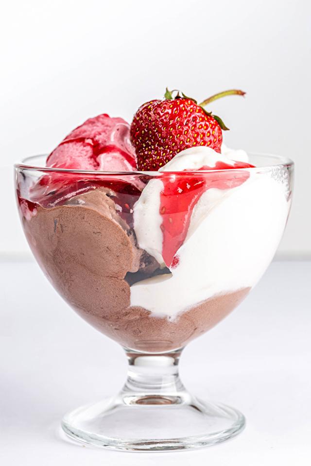 Картинки Мороженое Миска Клубника Еда 640x960 для мобильного телефона Пища Продукты питания