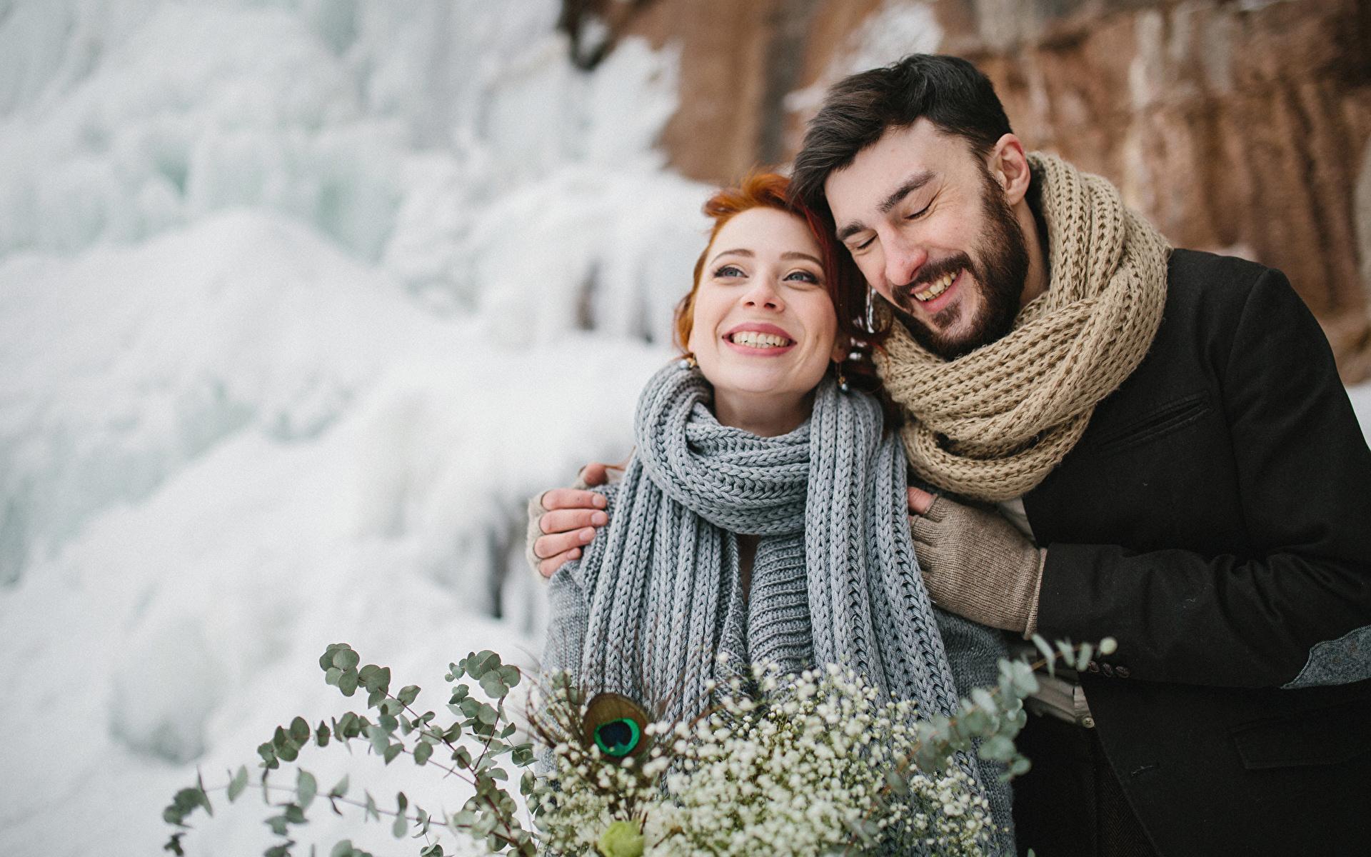 Картинка Шарф Мужчины Радость Любовь вдвоем зимние Девушки Объятие 1920x1200 счастье счастливые 2 Двое Зима