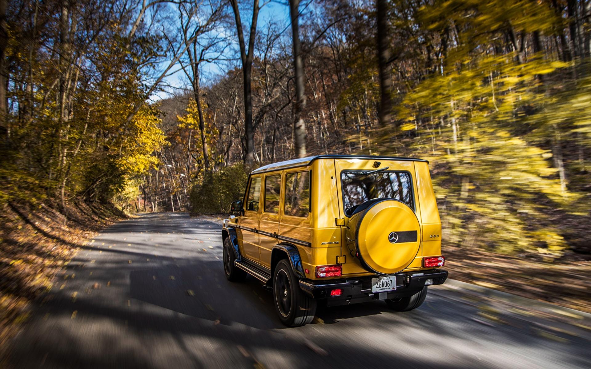 Картинки Mercedes-Benz G-класс AMG G63 2017 Colour Edition желтых едущий Авто Сзади 1920x1200 Мерседес бенц Гелентваген Желтый желтые желтая скорость Движение вид Машины Автомобили