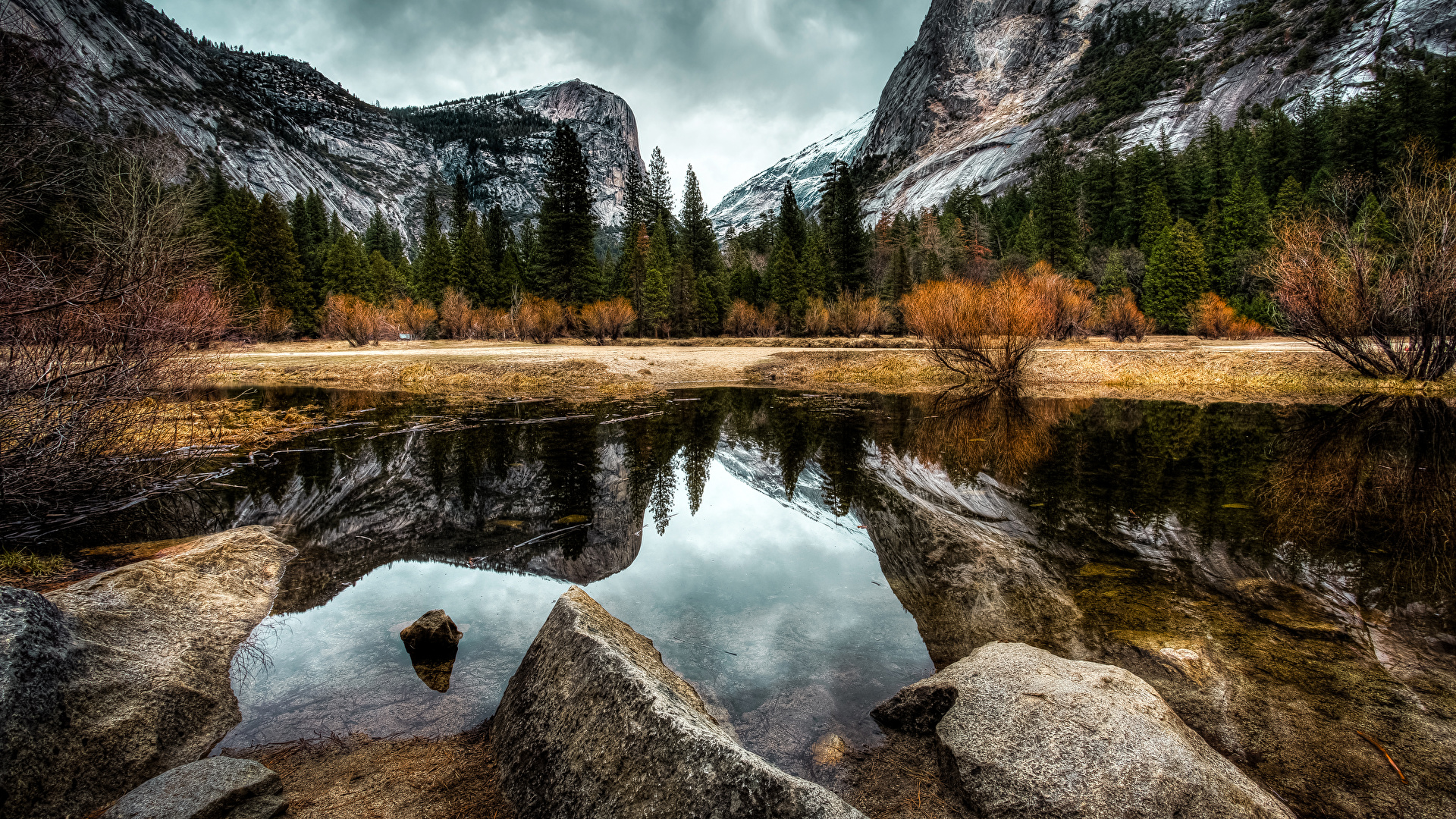 Картинки Йосемити Калифорния США гора Осень Природа парк Леса Озеро Пейзаж Камни 1920x1080 калифорнии штаты Горы осенние лес Парки Камень