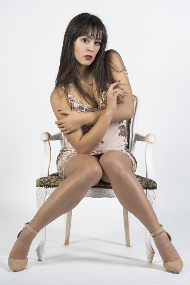 Фотография Vittoria молодые женщины ног стул Сидит смотрят платья 640x960 для мобильного телефона девушка Девушки молодая женщина Ноги сидя Стулья сидящие Взгляд смотрит Платье