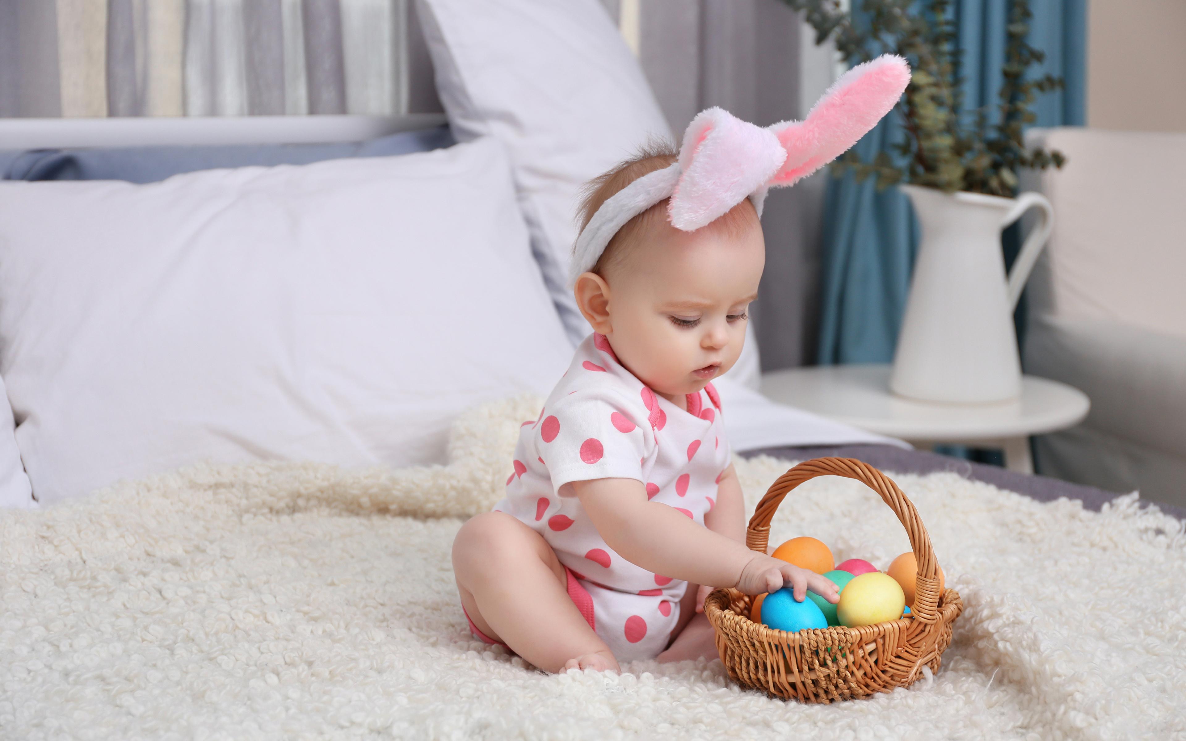 Фото Пасха младенец яйцами ребёнок Корзина 3840x2400 младенца Младенцы грудной ребёнок яиц Дети Яйца яйцо корзины Корзинка