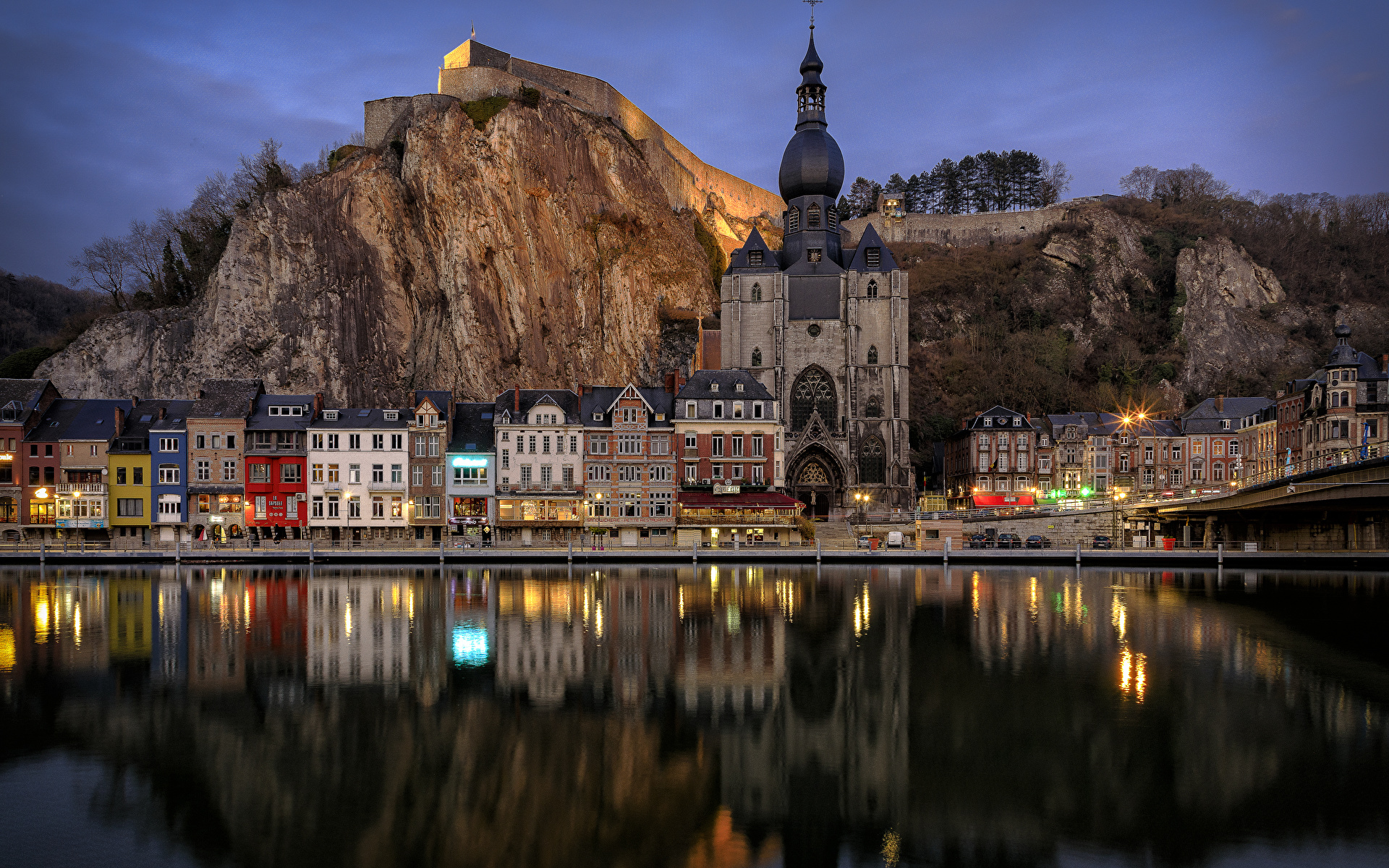 Картинки Бельгия Dinant Скала Реки Вечер Храмы Дома Города 1920x1200 Утес скалы скале речка Здания