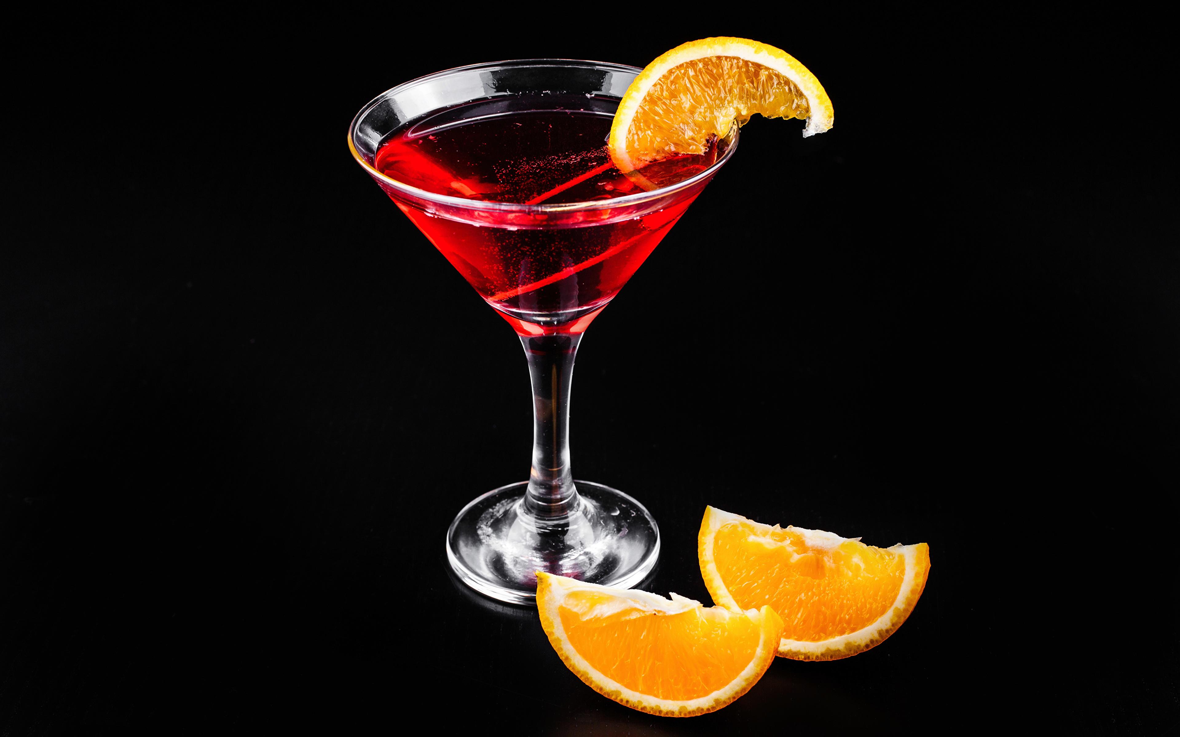 Обои Алкогольные напитки Апельсин Бокалы Коктейль Продукты питания Черный фон 3840x2400 Еда Пища