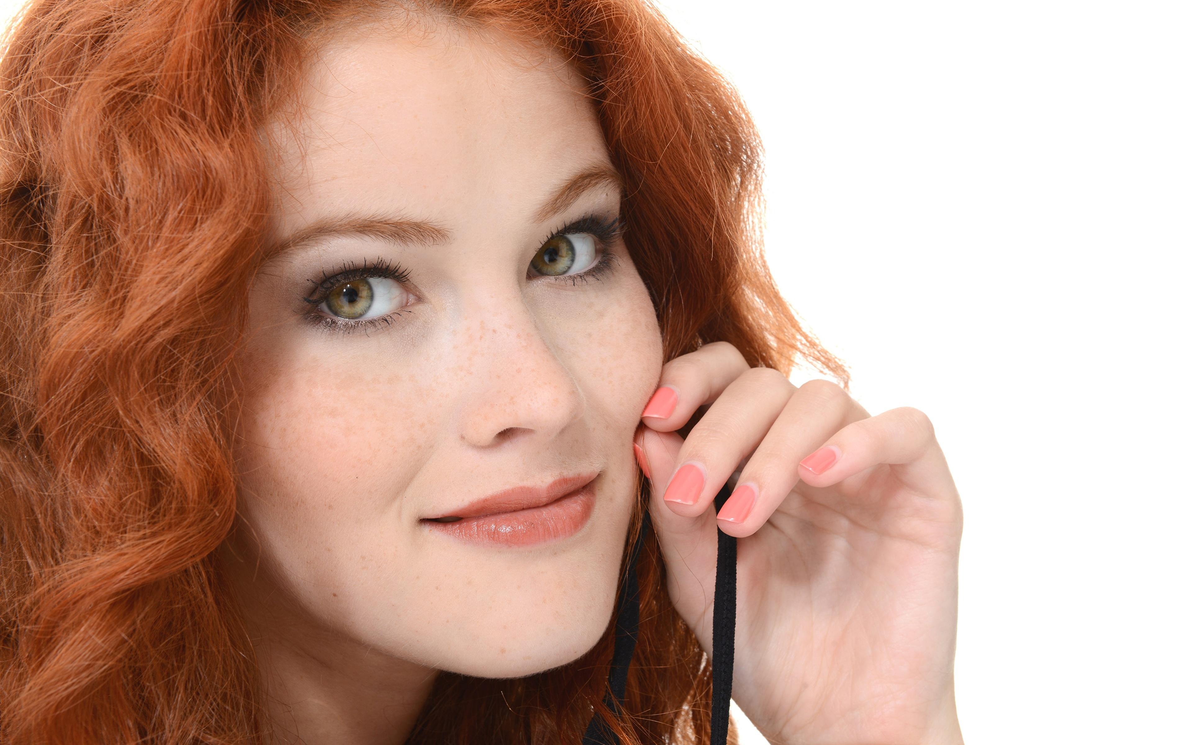 Картинка Heidi Romanova Рыжая Маникюр лица молодая женщина рука Взгляд 3840x2400 рыжие рыжих маникюра Лицо девушка Девушки молодые женщины Руки смотрит смотрят