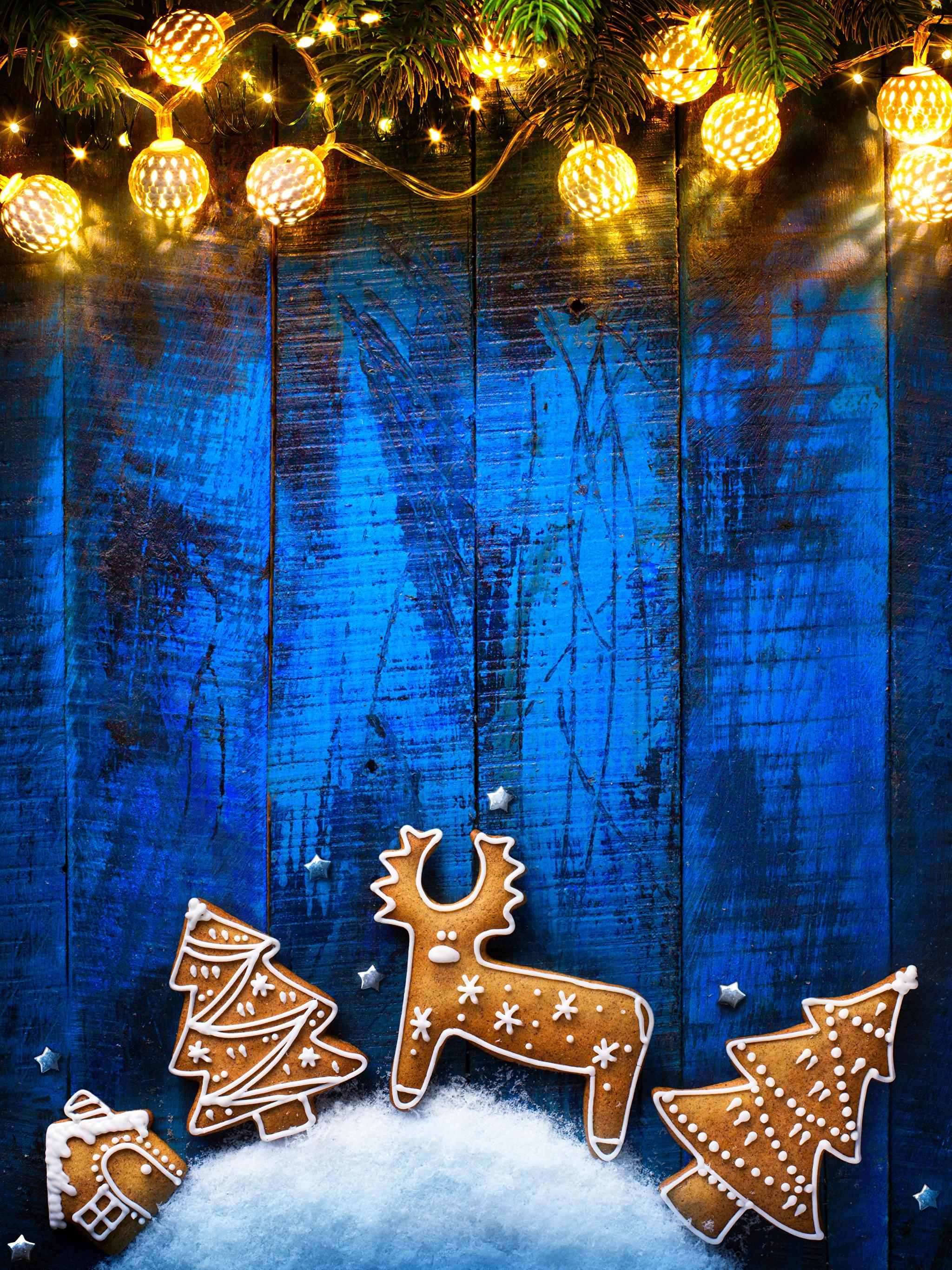 Обои Олени Новый год Печенье Гирлянда Доски 2048x2732 Рождество Электрическая гирлянда