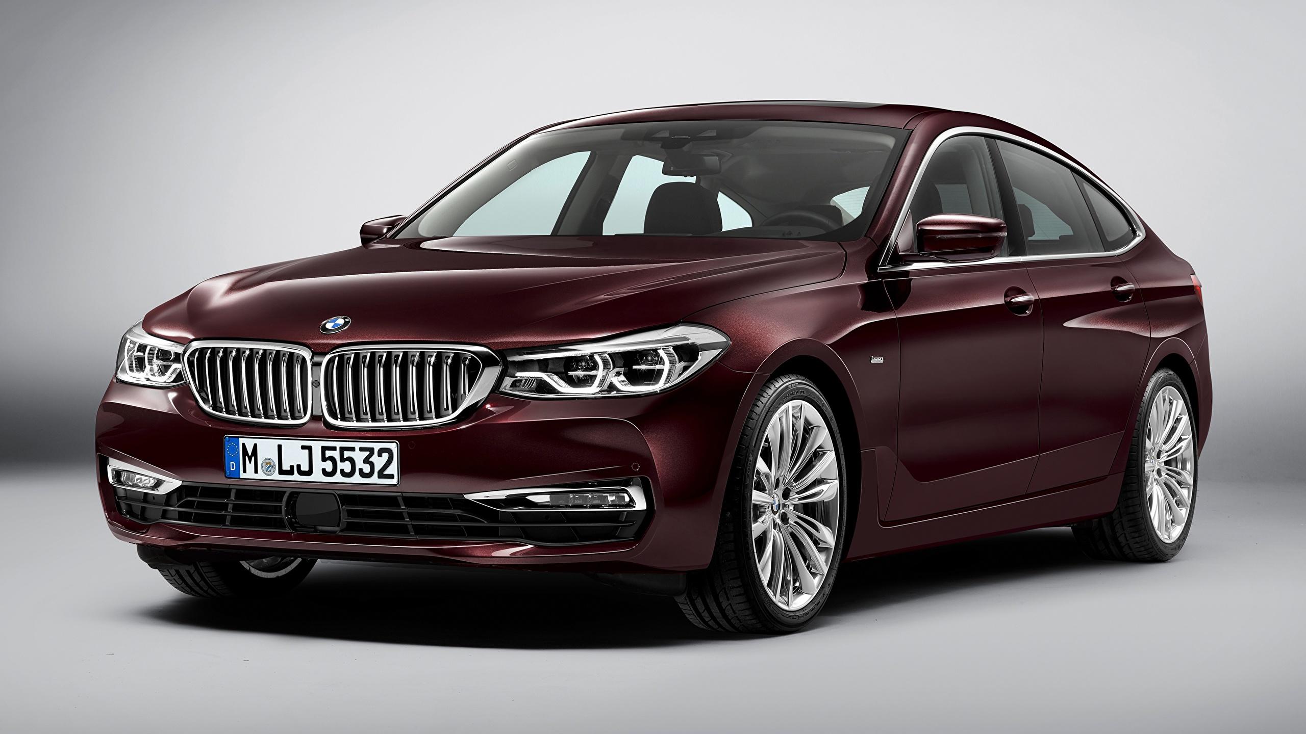 Фотография БМВ Liftback, 630d, xDrive, Gran Turismo, Luxury Line, 2017 бордовая Автомобили Серый фон 2560x1440 BMW Бордовый бордовые темно красный авто машины машина автомобиль сером фоне