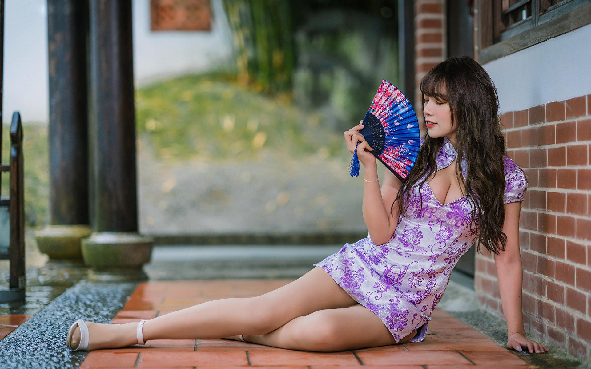 Фотографии Брюнетка Веер Девушки Ноги Азиаты платья 1920x1200 брюнетки брюнеток девушка молодая женщина молодые женщины ног азиатки азиатка Платье