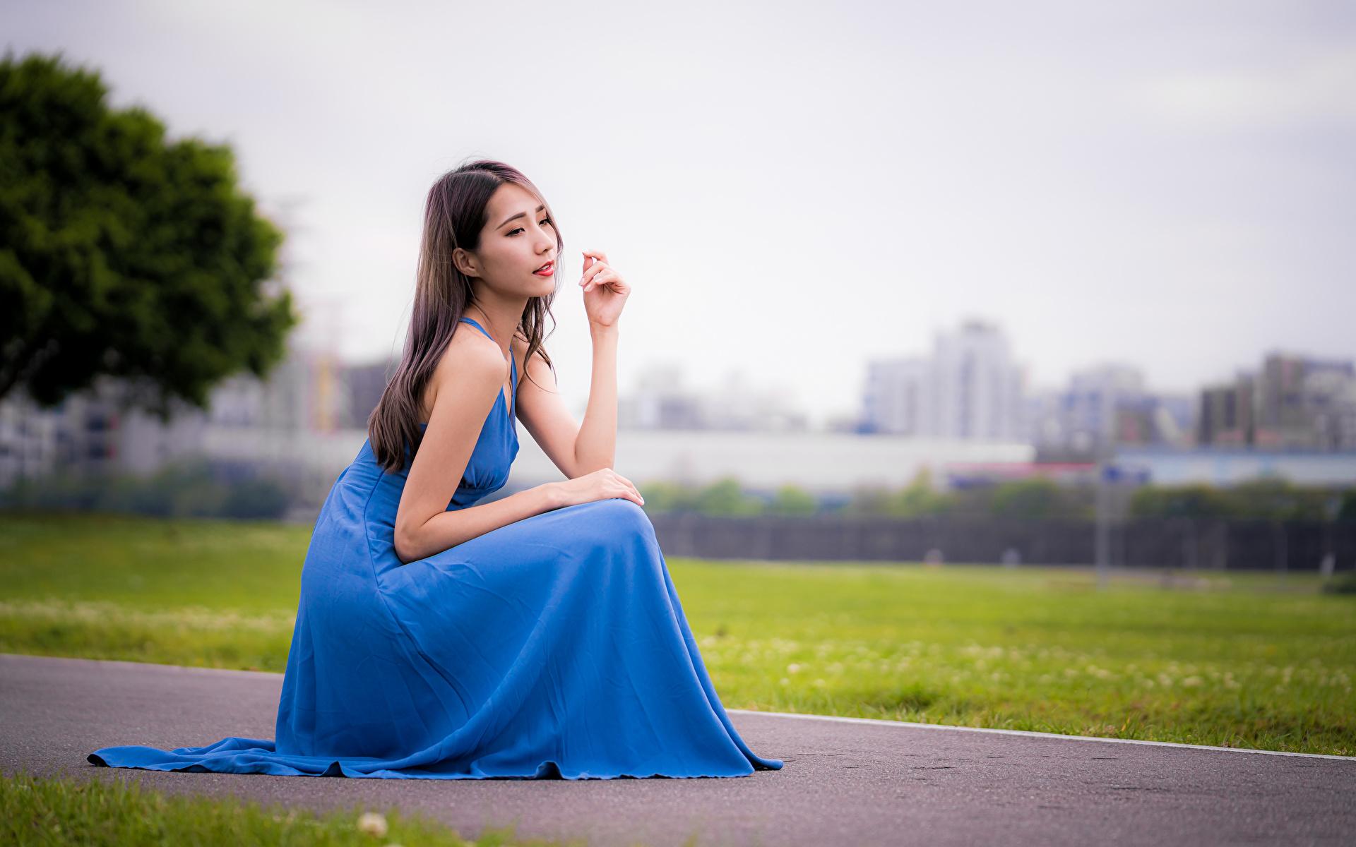 Фотография боке Девушки Азиаты сидящие Платье 1920x1200 Размытый фон девушка молодая женщина молодые женщины азиатки азиатка сидя Сидит платья
