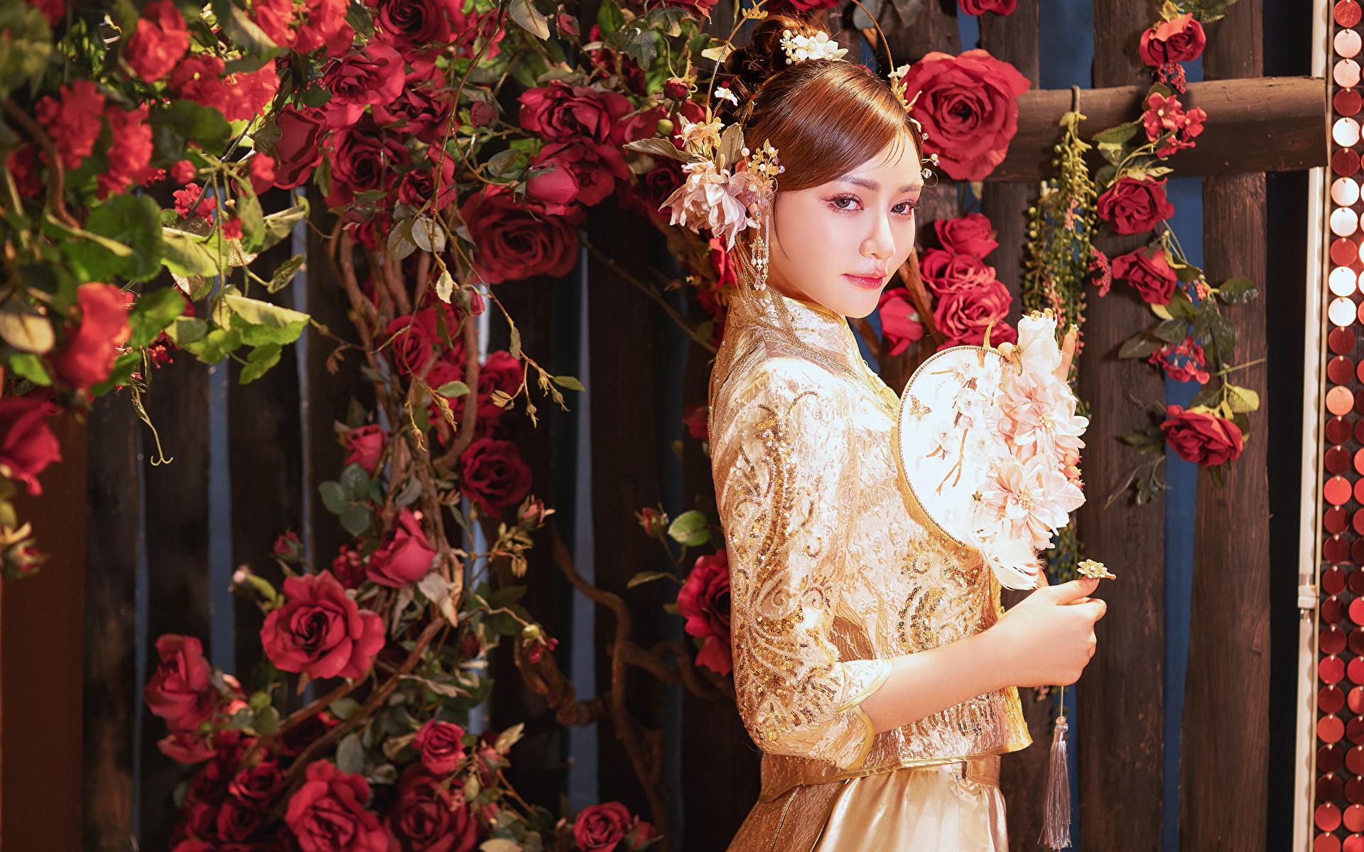 Картинка роза Девушки Азиаты Взгляд Платье Украшения 1920x1200 Розы девушка молодая женщина молодые женщины азиатки азиатка смотрит смотрят платья