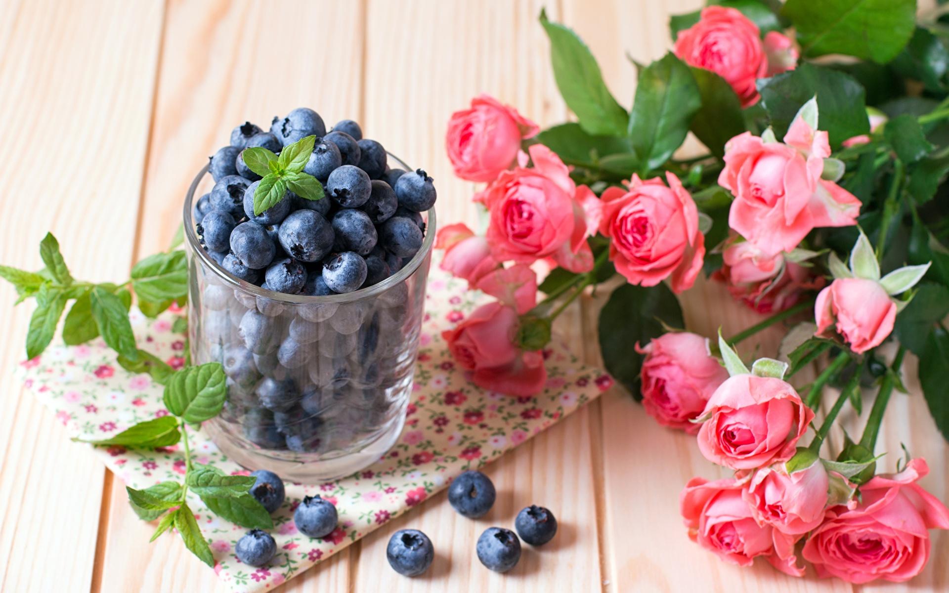 Фотография букет Розы Цветы Стакан Черника Ягоды Продукты питания 1920x1200 Букеты роза цветок стакане стакана Еда Пища