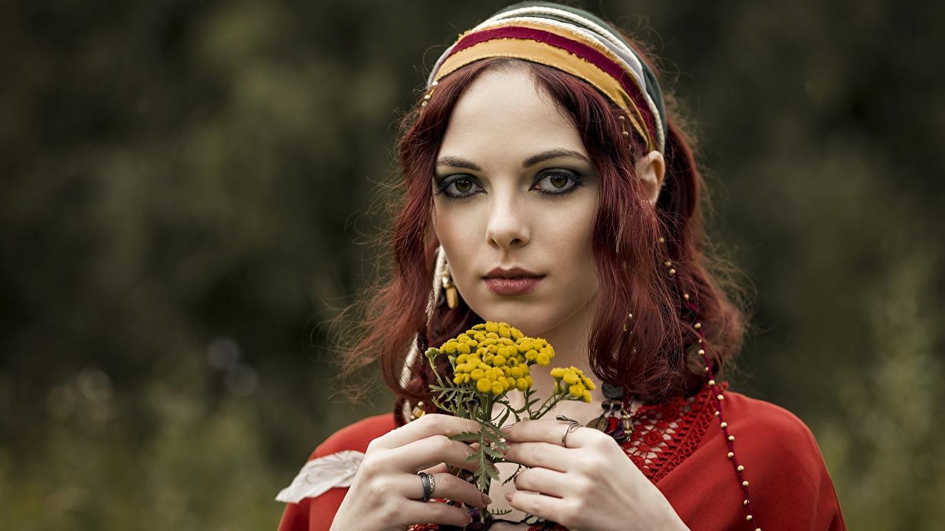 Фотографии рыжие Размытый фон лица молодые женщины рука смотрят 1366x768 Рыжая рыжих боке Лицо девушка Девушки молодая женщина Руки Взгляд смотрит