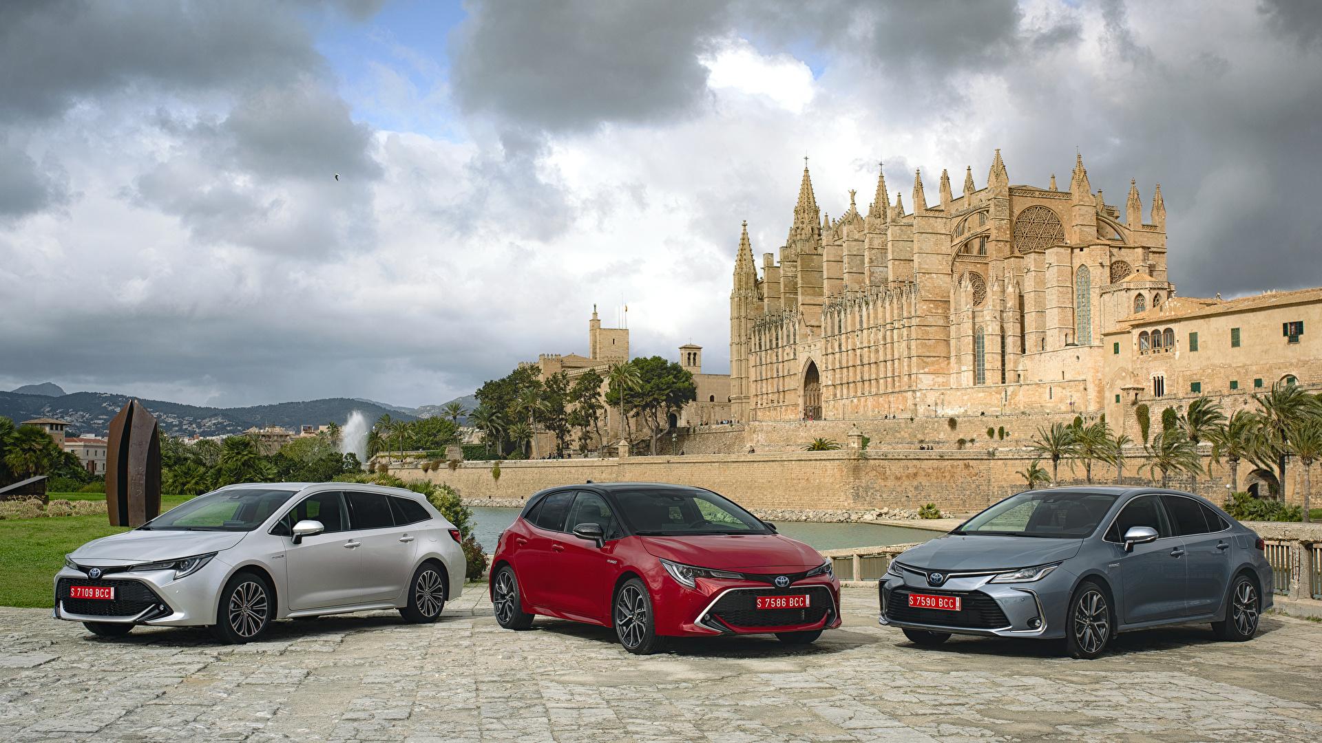 Фотография Toyota 2018-19 Corolla Трое 3 Автомобили 1920x1080 Тойота три Авто Машины втроем