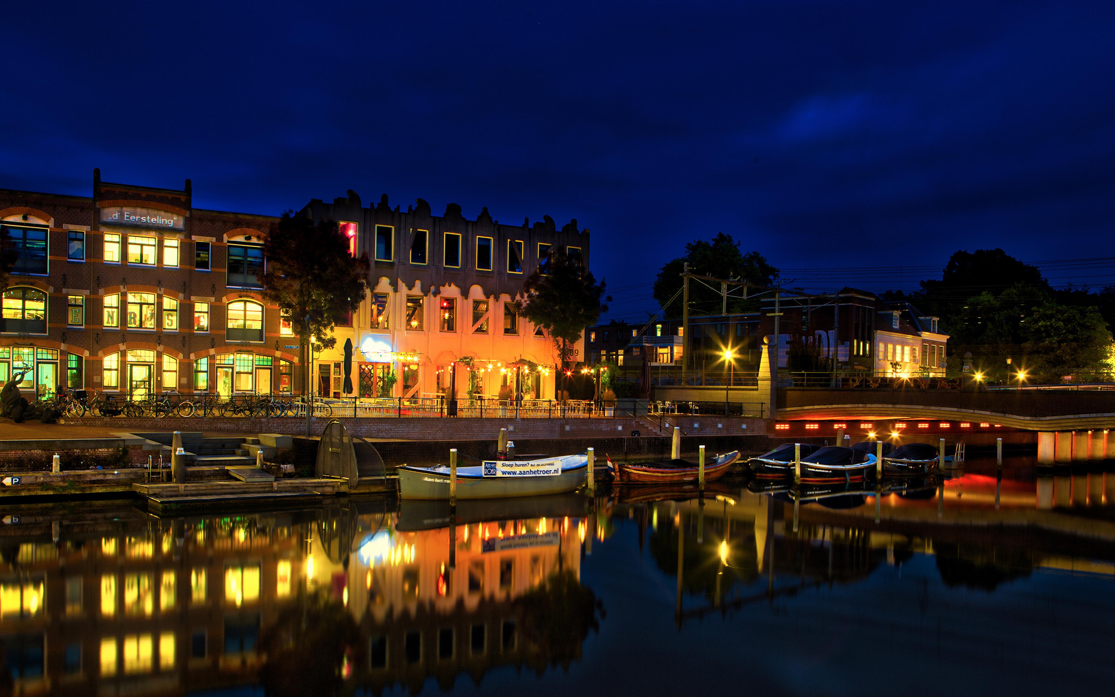 Фото Нидерланды Amersfoort canals Водный канал ночью Лодки Причалы Уличные фонари Дома Города 3840x2400 Ночь Пирсы в ночи Ночные Пристань город Здания