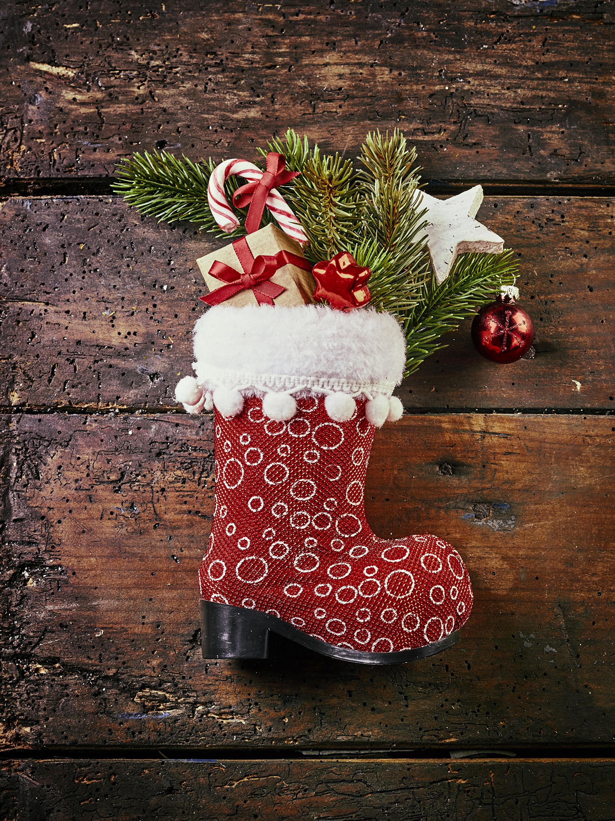 Фотографии Новый год сапогах подарок ветвь Шарики Доски 2048x2732 Рождество сапог Сапоги сапогов Подарки подарков Шар ветка Ветки на ветке