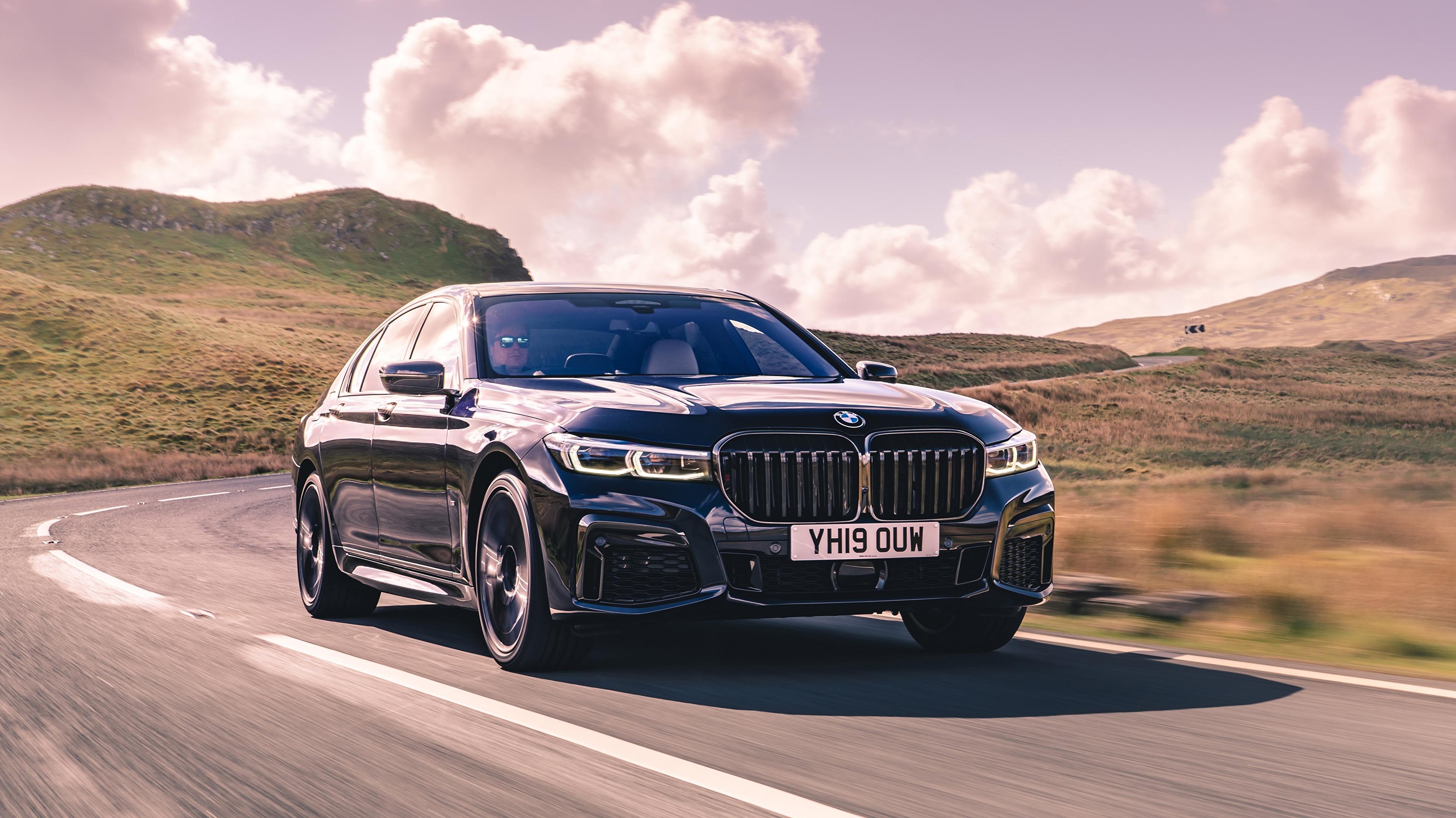 Картинки БМВ боке Седан Дороги едущая автомобиль 3840x2160 BMW Размытый фон едет едущий скорость Движение авто машины машина Автомобили
