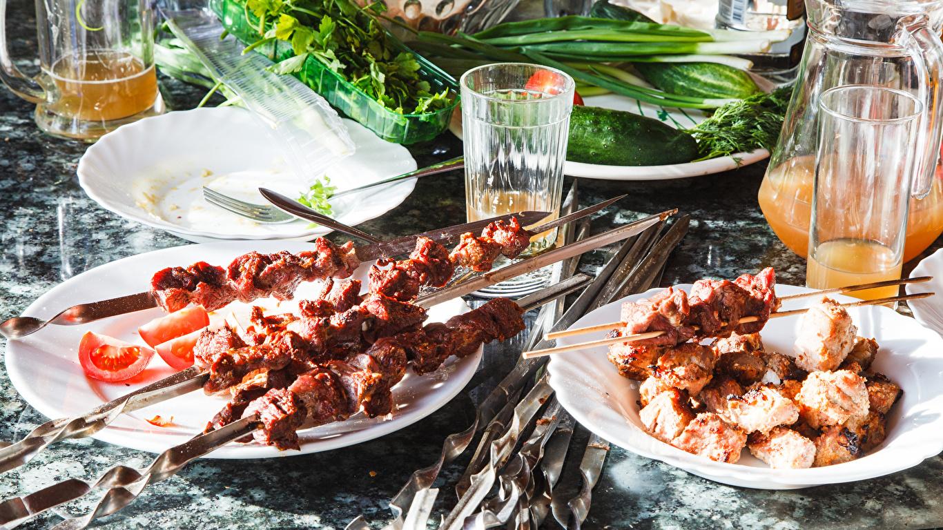 Фотографии Сок Шашлык Стакан Пища тарелке 1366x768 стакана стакане Еда Тарелка Продукты питания