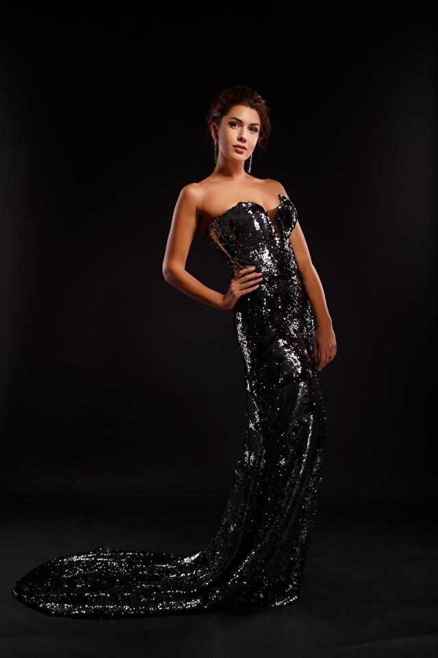 Фото Viacheslav Krivonos Поза Девушки смотрит платья 640x960 для мобильного телефона позирует девушка молодая женщина молодые женщины Взгляд смотрят Платье