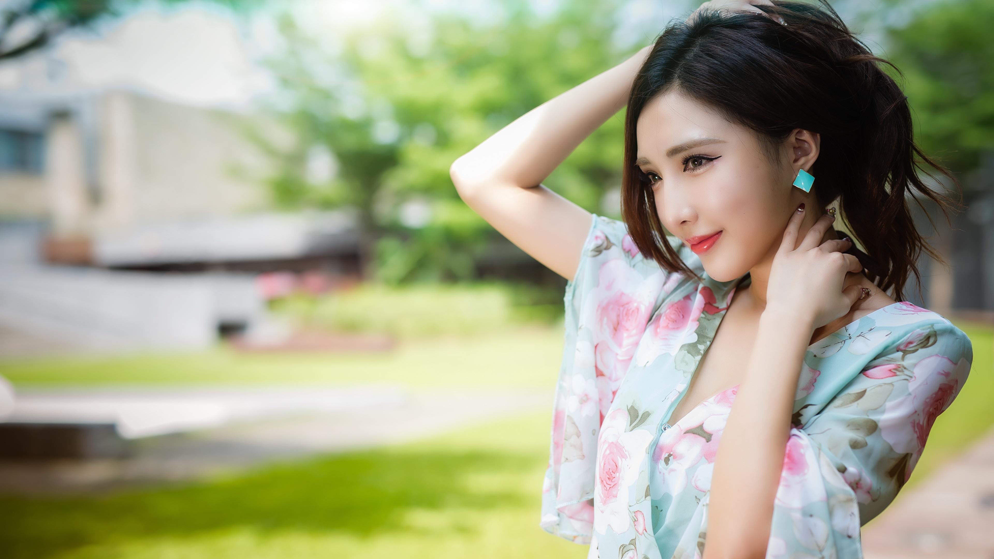 Картинка Брюнетка боке Поза Девушки азиатка рука смотрит 3840x2160 брюнеток брюнетки Размытый фон позирует девушка молодые женщины молодая женщина Азиаты азиатки Руки Взгляд смотрят