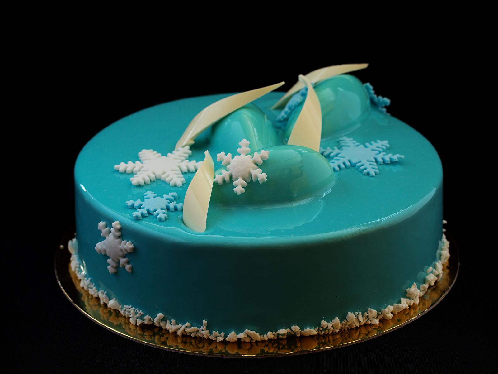 Картинки Торты Голубой Снежинки Еда Черный фон сладкая еда дизайна 1600x1200 голубых голубые голубая снежинка Пища Продукты питания Сладости на черном фоне Дизайн