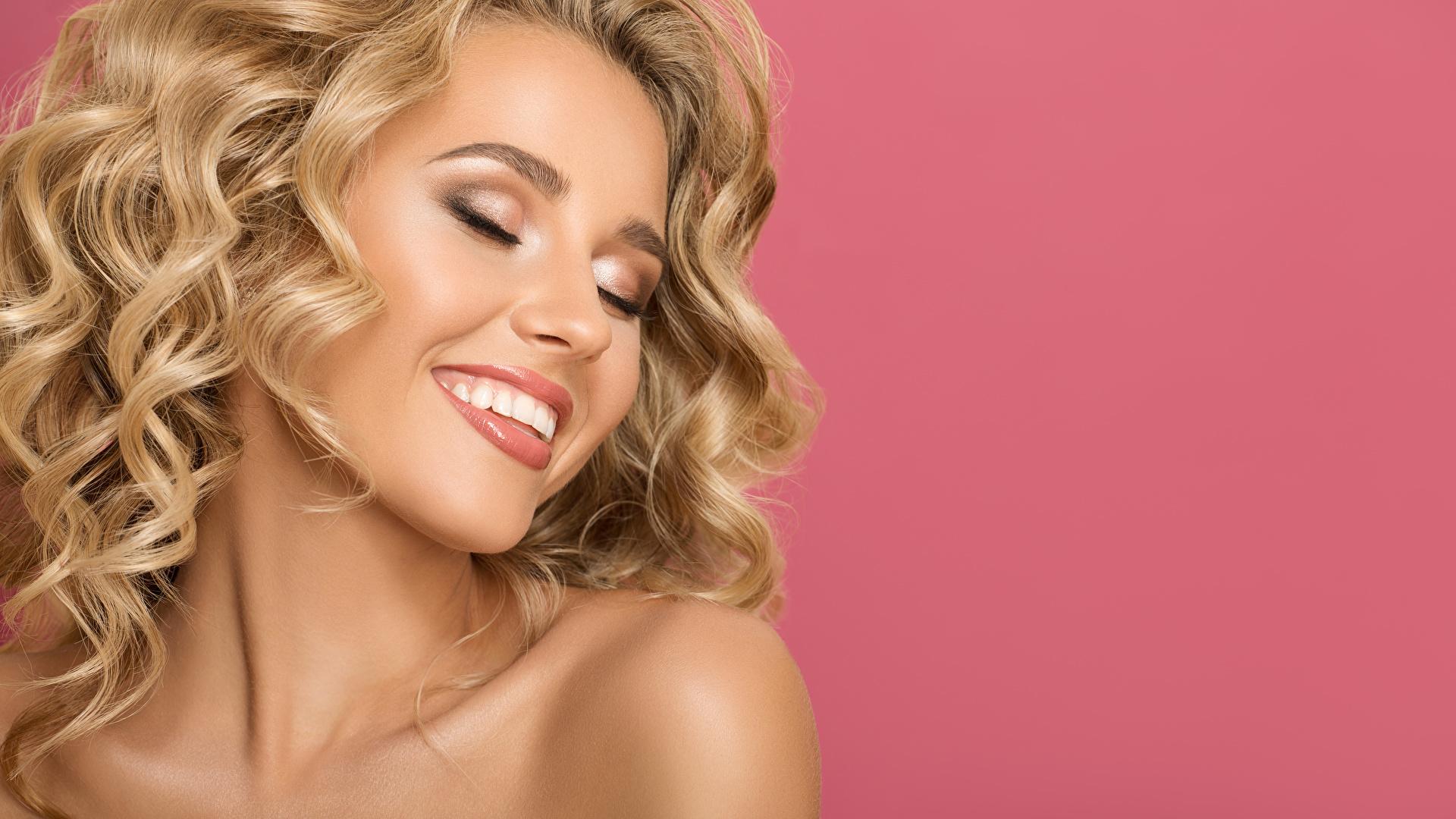 Картинки Лицо Розовый фон Улыбка Девушки Блондинка 1920x1080 лица девушка улыбается молодая женщина молодые женщины блондинки блондинок