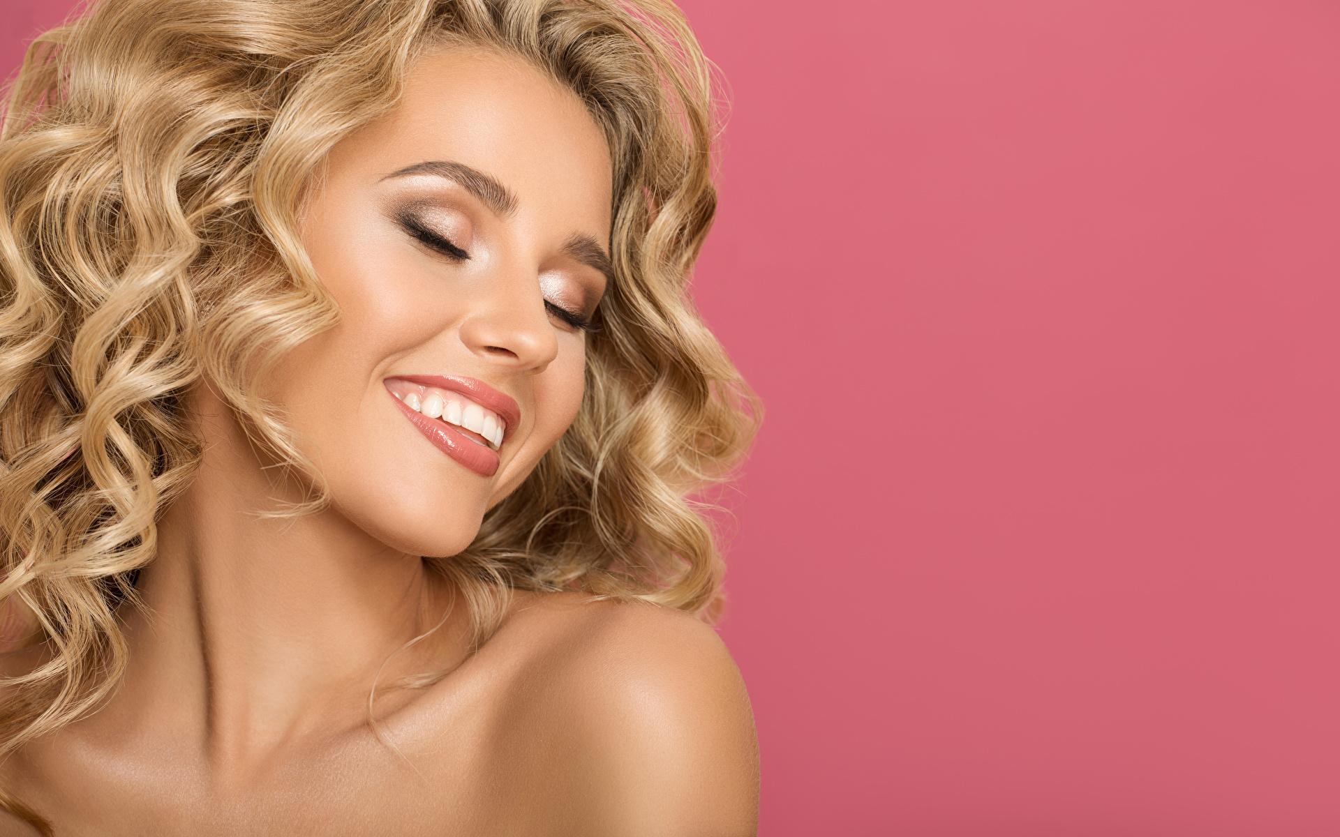 Картинки Лицо Розовый фон Улыбка Девушки Блондинка 1920x1200 лица девушка улыбается молодая женщина молодые женщины блондинки блондинок